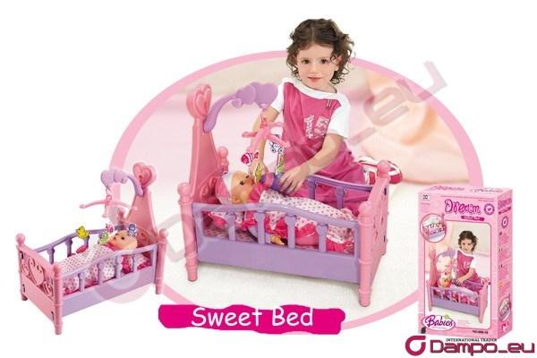 /><br /> Dětská postýlka pro panenky. Součástí postýlky je kolotoč. Oblíbená hračka každé malé holčičky.<br /> Panenka není součástí balení! <br /> <img style=